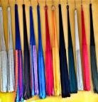 hamacas de colores en el pueblo
