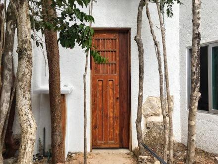 Puerta antigua de cedro restaurada con portón de zapote rescatado.